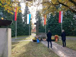 Bgm. Schönfelder und OB Dr. Kirschstein beim stillen Gedenken